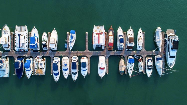 Elegantní plachetnice, prostorný katamarán nebo raději motorový člun či luxusní jachta i s posádkou? Aťuž hledáte dobrodružství a sportovní zážitky nebo bezpečný a pohodový relax, náš průvodce vám výběr správné lodi výrazně usnadní.